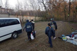 4 adulți și 7 copii, evacuați dintr-o colibă improvizată aflată lângă Muzeul Satului