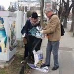 Polițiștii locali au curățat, în timpul liber, orașul de afișe publicitare amplasate ilegal