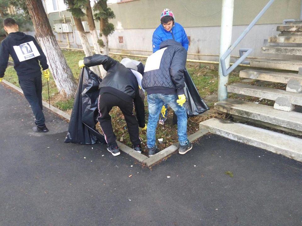 """Peste 300 de saci de gunoi de pe malurile Bârzavei, în urma acțiunii ecologice """"Reşiţa Curată – Curăţăm şi Menţinem"""""""