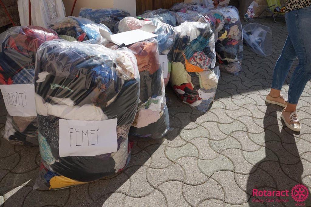 Colectare de articole de îmbrăcăminte pentru persoanele defavorizate din Arad
