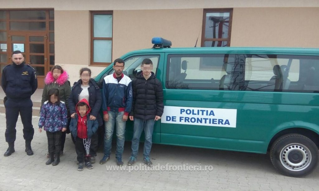 Opt migranţi depistaţi la frontiera verde