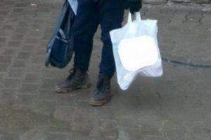 Prins de polițiștii locali după ce a sustras sacoșa unui bătrân, în Piața Iosefin