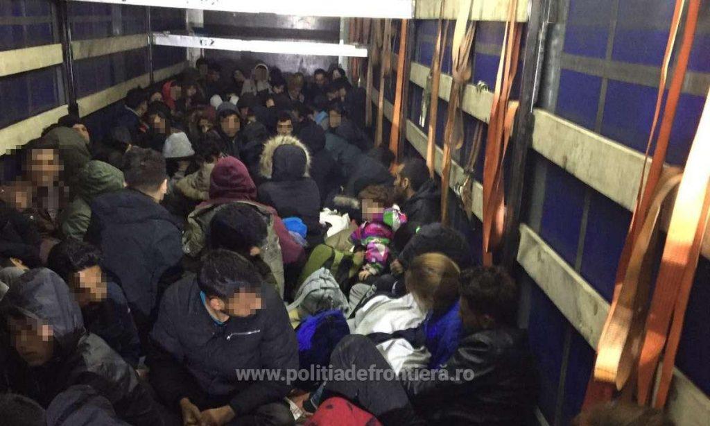 Peste o sută de migranți intenţionau să iasă ilegal din România, ascunși în interiorul unui automarfar