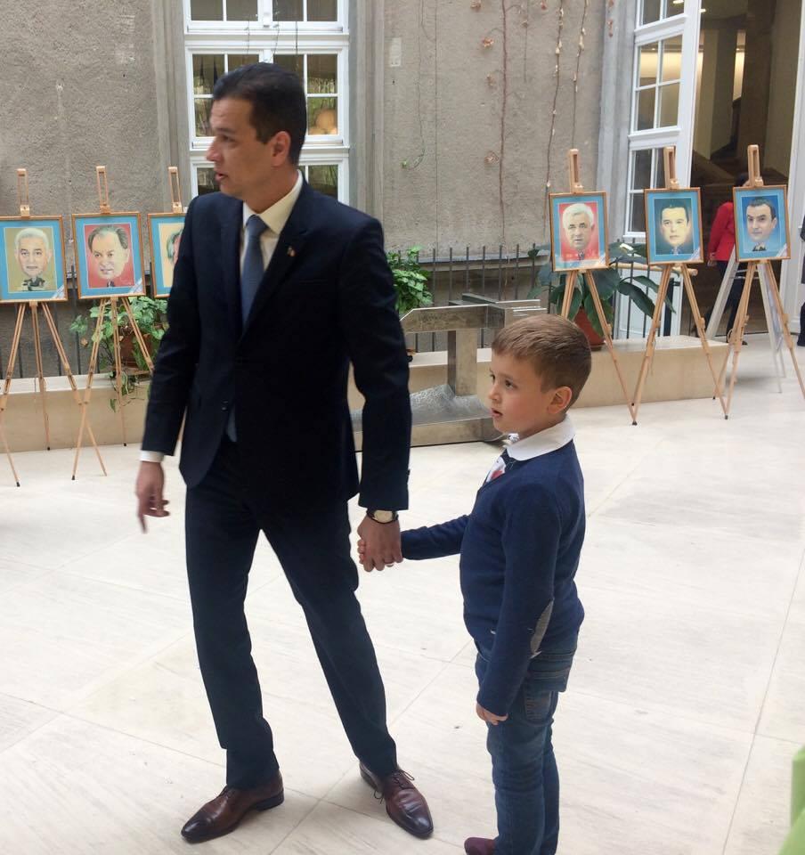 Fiul premierului Grindeanu, de mână cu tatăl său la Consiliul Județean Timiș