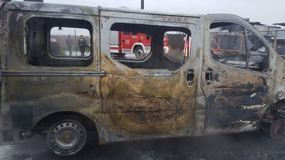 Un parc auto din Timiș, în flăcări