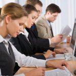 Șase din zece angajați români lucrează peste program