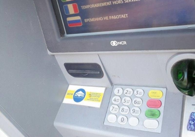 Hoţi din Timiş prinşi după ce au retras bani de pe cardurile furate