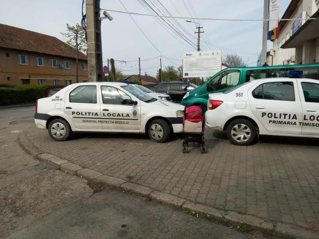 Polițiștii locali care şi-au lăsat maşinile în fața instituției încurcând circulația pietonilor au fost amendaţi