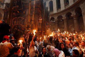Lumina Sfântă s-a aprins în Biserica Mormântului Sfânt din Ierusalim