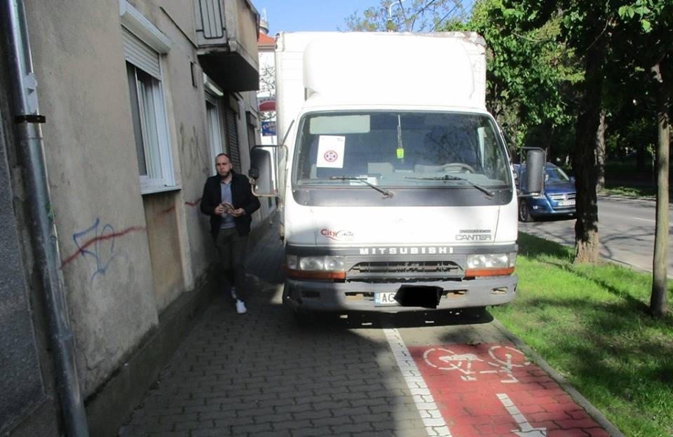 Razie fulger a poliţiştilor locali. Au dat amenzi cu nemiluita pentru parcări ilegale