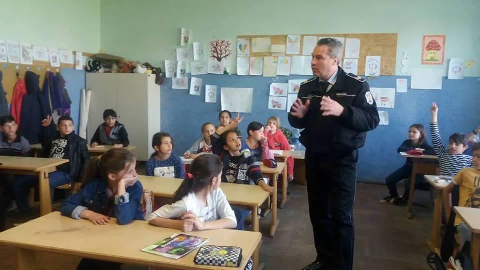 Polițiștii locali, în rol de profesori la școlile din oraș. Ce le-au spus elevilor?