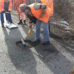 Lucrările de reparații a drumurilor continuă în vestul țării