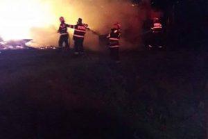 Fermă din vestul țării cuprinsă de flăcări. Trei ore a durat intervenția pompierilor