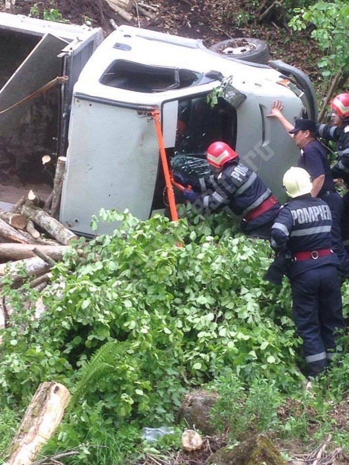 Tragedie în Caraş-Severin. Un bărbat a murit strivit de un camion cu lemne