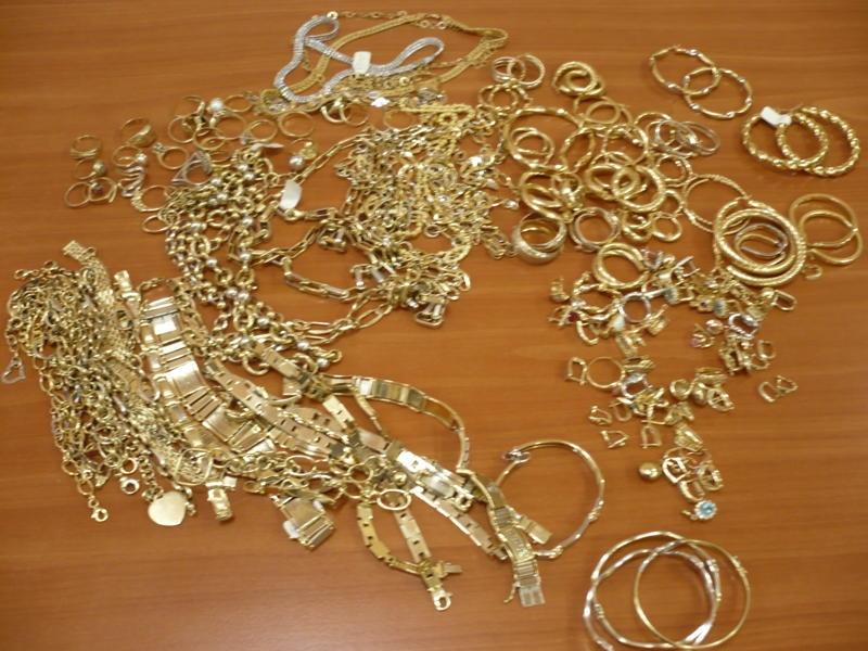 Hoț prins după ce a plecat cu o pradă serioasă: sute de grame de aur și peste o sută de mii de lei