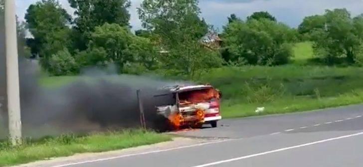 Mașină de pompieri în flăcări