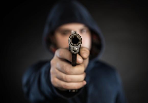Au fost prinşi cei doi tineri care în octombrie au ameninţat cu un pistol o femeie şi i-au furat încasările