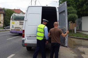 Un şofer care risca să provoace o tragedie, tras pe dreapta de poliţişti