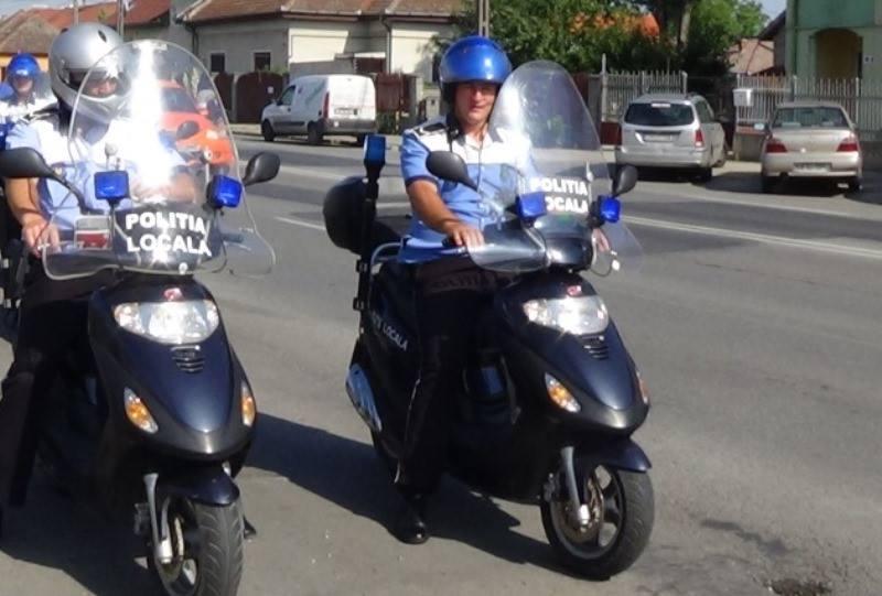 A venit căldura, polițiștii locali patrulează și pe motoscutere