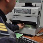 Prins cu permisul de conducere anulat și numărul de înmatriculare fals
