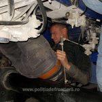 Trei sirieni ascunși pe şasiul semiremorcii unui automarfar, depistați la P.T.F. Borş