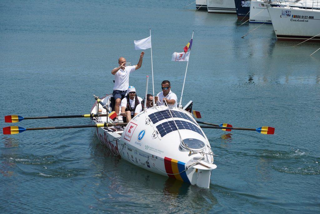 Premieră: o echipă de români a pornit în traversarea Mării Negre într-o ambarcațiune cu vâsle, în încercarea de a doborî un record mondial