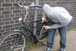 A ajuns în arest după ce a furat o bicicletă