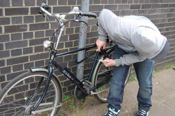 Hoţi de biciclete, prinşi de poliţişti