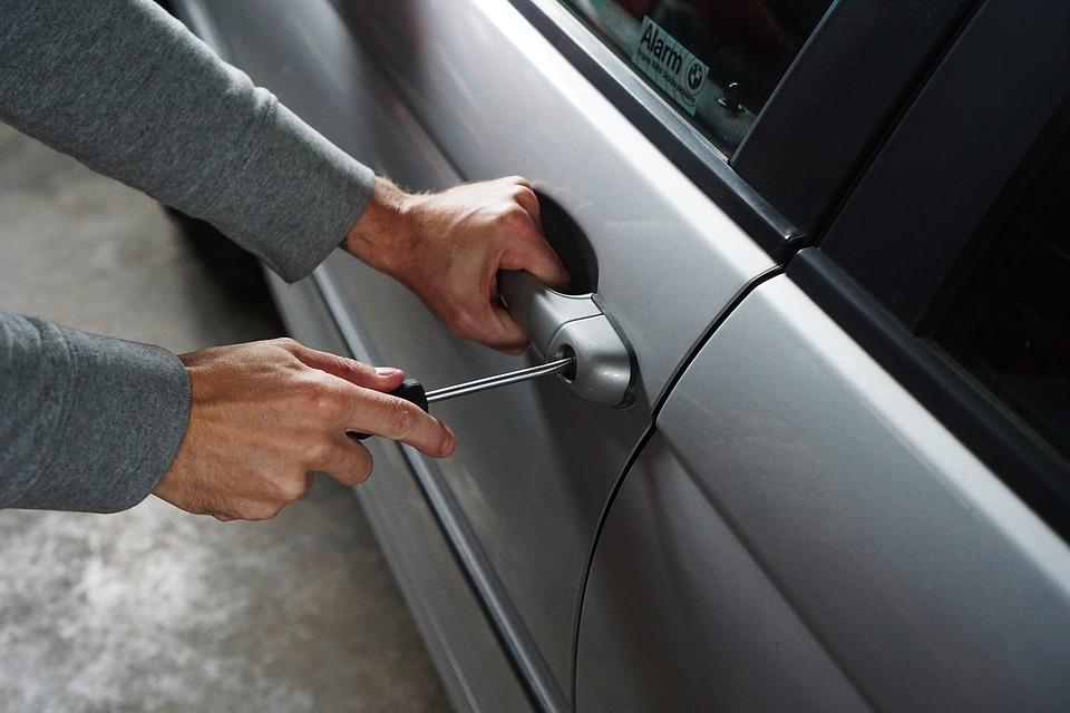 Atenție ce lăsați prin mașini! Hoții fură orice găsesc