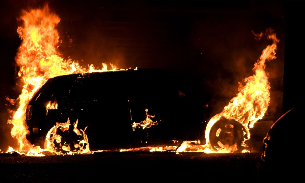 Mașină în flăcări pe drumul Reșița-Grădinari