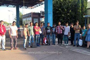 Unsprezece migranţi şi două călăuze, depistaţi de poliţiştii de frontieră de la Vărşand