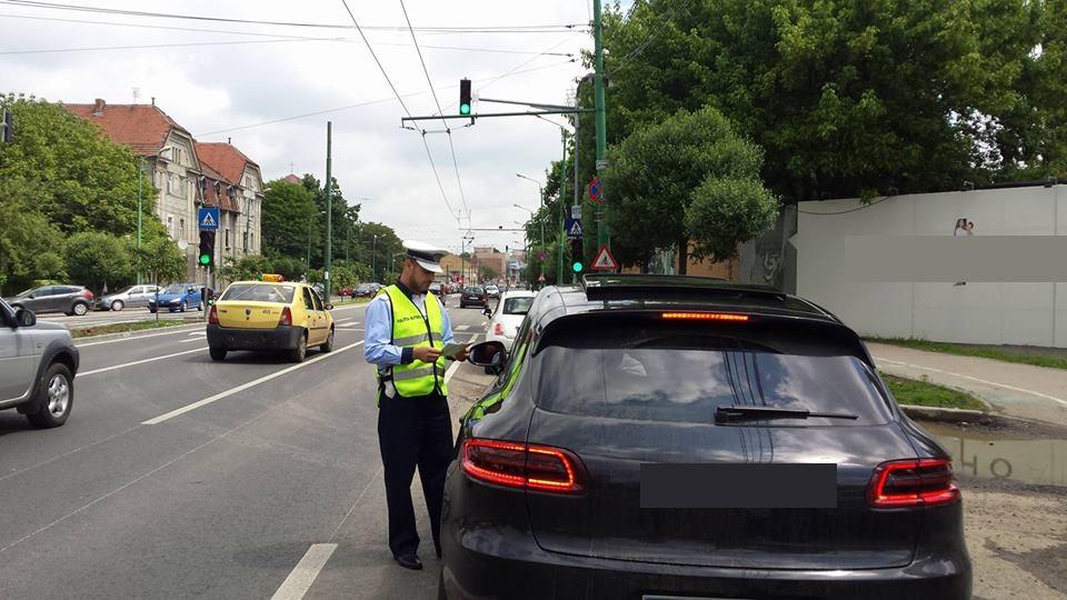 Poliţiştii de la Rutieră au dat sute de amenzi în weekend. 27 de şoferi au rămas pietoni