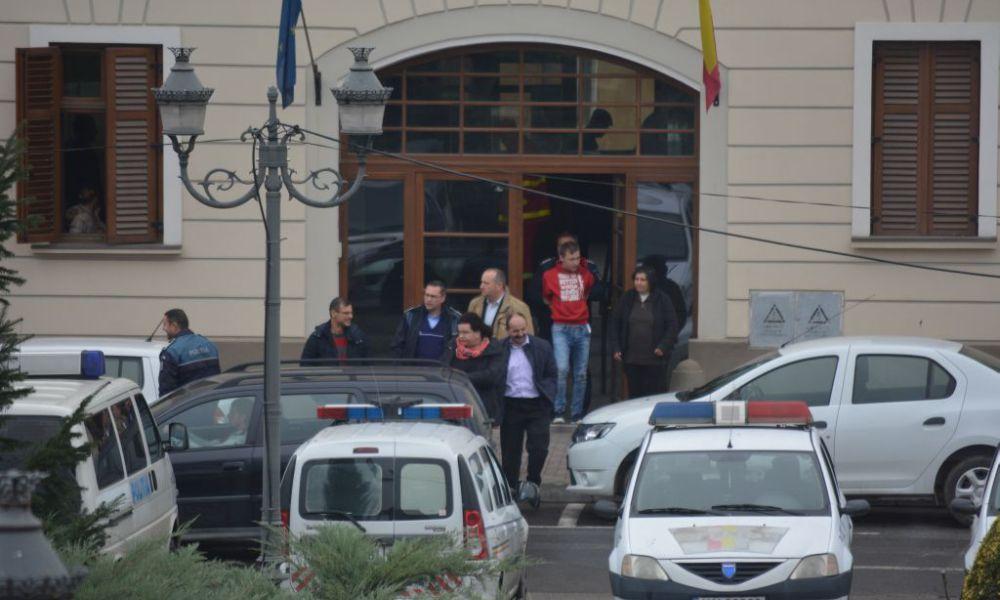 Trei țigani au snopit în bătaie un tânăr din Lugoj și acum scapă fără nici măcar o amendă