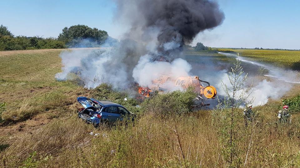 O autovidanjă a ieșit de pe carosabil și a luat foc
