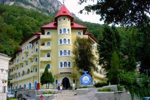 """Hotelul Cerna, """"deplorabil"""" pentru minister și """"foarte bine"""" pentru turiști"""