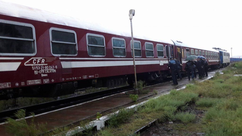 """INCREDIBIL! Vagoanele trenului Timișoara – București, """"pierdute"""" de locomotivă pe câmp, în județul Olt"""