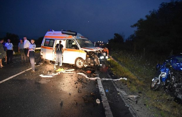 Accident mortal lângă Caransebeş! O ambulanță s-a ciocnit frontal cu un autoturism!