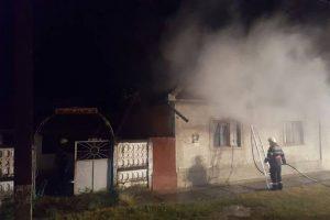 Casa unei familii din Gătaia a luat foc din cauza unui trăsnet