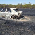 Un Logan a căzut victimă unui incendiu de mirişte