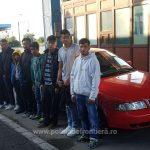 Opt migranţi înghesuiți într-un autoturism, depistaţi de poliţiştii de frontieră de la Vărşand