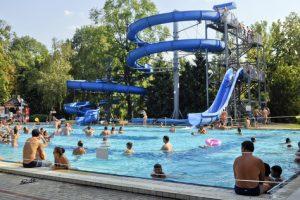 Fără o infrastructură adecvată, mii de românii din vestul țării aleg să își petreacă vacanța la ștrandurile din Ungaria