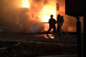 Peste trei ore s-au chinuit pompierii să stingă un incendiu puternic