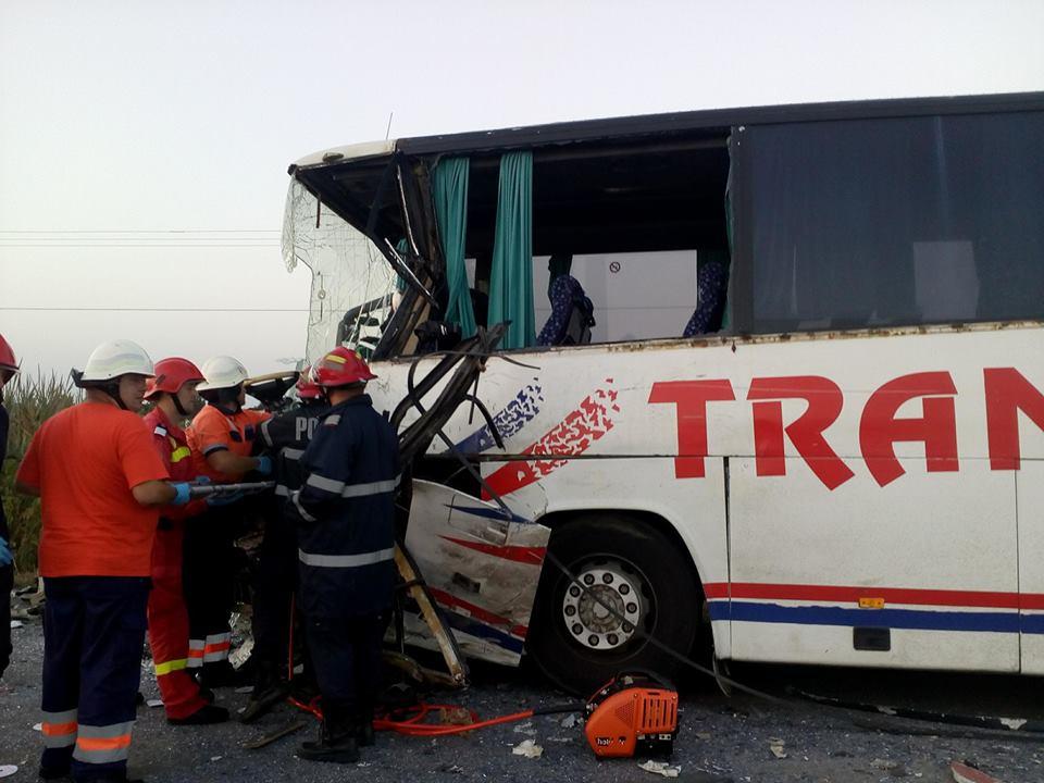 Accident între un autocar și un microbuz plin cu muncitori. A fost activat planul roşul de intervenţie