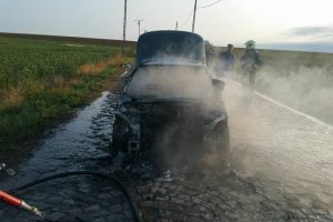 Un autoturism a luat foc în mers pe un drum din Timiș