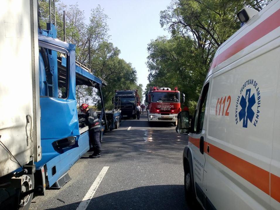 Coloane de maşini între Arad şi Oradea după ce trei TIR-uri s-au ciocnit