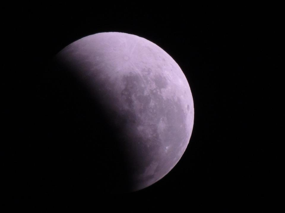 Eclipsă parțială de Lună, vizibilă și în România