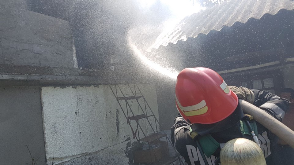O femeie din Sânandrei a făcut atac de panică după ce i-a luat foc casa