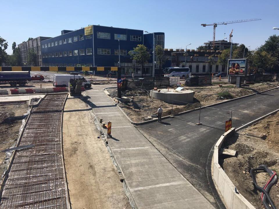 S-a turnat beton şi pe o a doua bandă la Pasajul Jiul! Muncitorii se grăbesc să termine până când începe şcoala