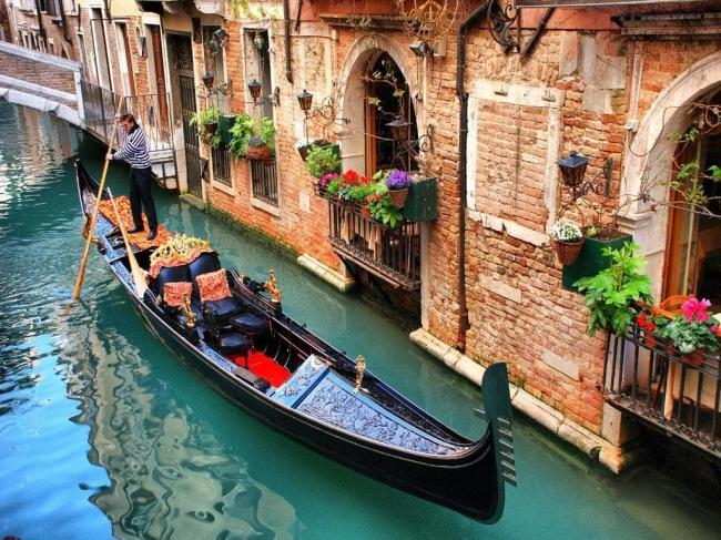 Noi restricţii pentru românii care merg în Italia