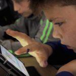 Elevii de la şcoala din Satchinez fac matematică și informatică pe tabletă